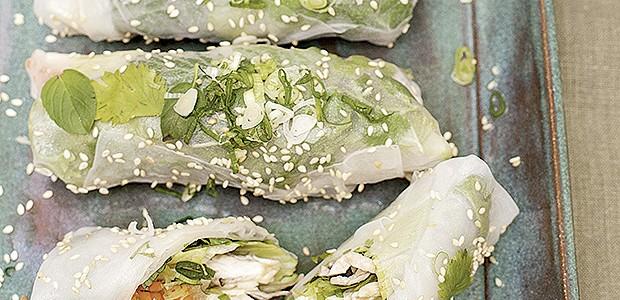 Pacotinhos de folha de arroz com leguminhos (Foto: Elisa Correa/Editora Globo)