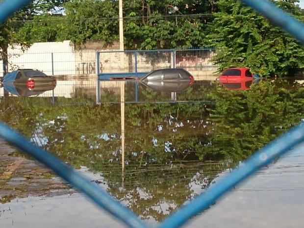 Veículos foram tomados pela água em pátio da Receita Federal, em Porto Velho (Foto: Assem Neto/G1)