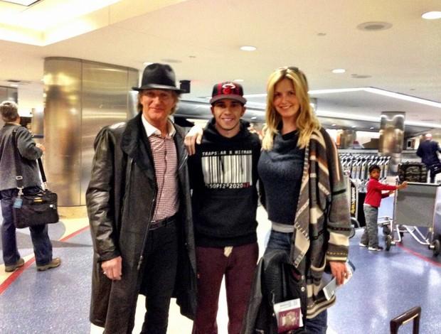 Lewis Hamilton entre o cantor Rod Stewart e a esposa dele, Penny (Foto: Reprodução Twitter)