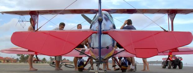 Avião atraiu curiosos na praia (Foto: Dino Filho / VC no G1)