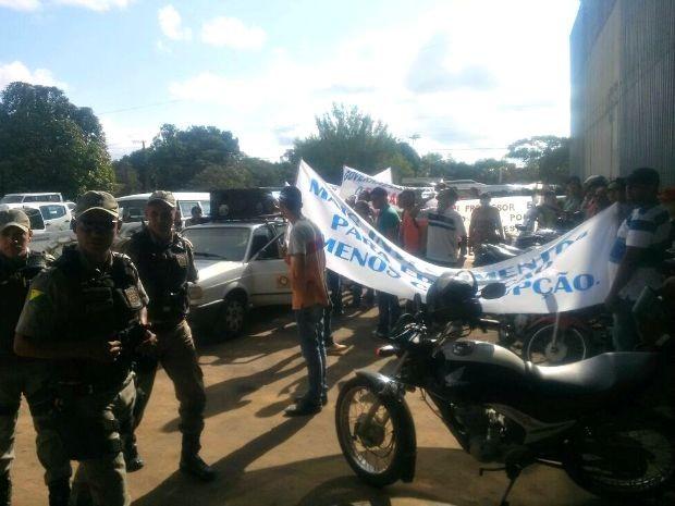 Acreditando na participação do governador em evento, servidores da Educação de Cruzeiro do Sul organizaram protesto (Foto: Adelcimar Carvalho/G1)
