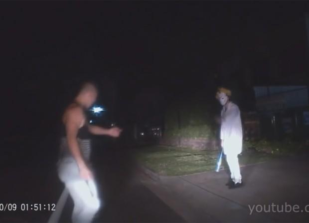 'Palhaço assustador' se deu mal e apanhou de um jovem após ser flagrado ao lado de uma estrada segurando um taco de beisebol na Austrália (Foto: Reprodução/YouTube/Michiel Marto)