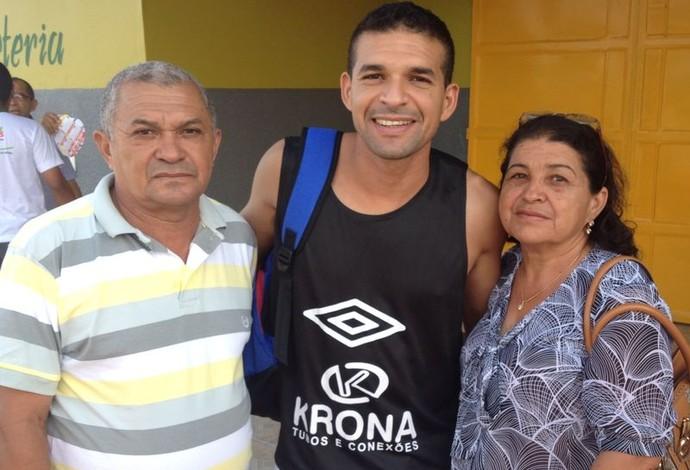 Valença Joinville e seus pais (Foto: Divulgação)