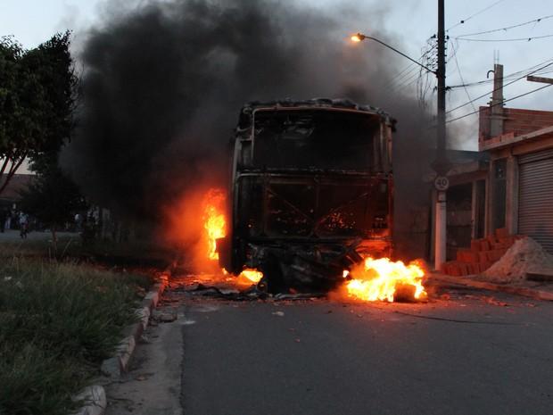 Ônibus queimado em Suzano (Foto: Rafael Oliveira/ Arquivo Pessoal)