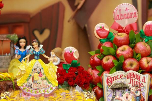 Decoração de Branca de Neve e Sete Anões no Aniversário e batizado da Filha do Ceará e Mirella (Foto: Raphael Castello / AgNews)