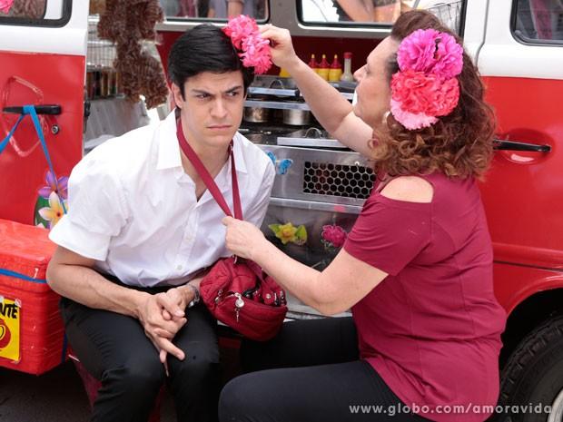 Márcia resolve colocar a flor nos cabelos de Félix (Foto: Felipe Monteiro/ TV Globo)
