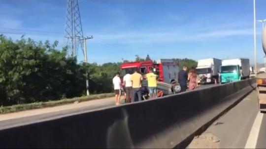 Carro bate em mureta, capota e é atingido por um caminhão na BR-101, na Serra