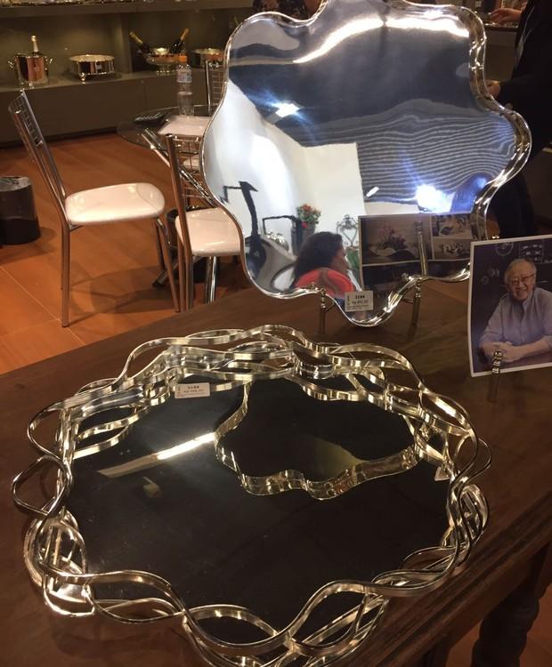 A St. James apresenta suas novas peças assinadas por Ruy Ohtake. Abaixo, a bandeja alto mar e, acima, bandeja encontro sinuosos. Ambas de prata. (Foto: Casa e Jardim)