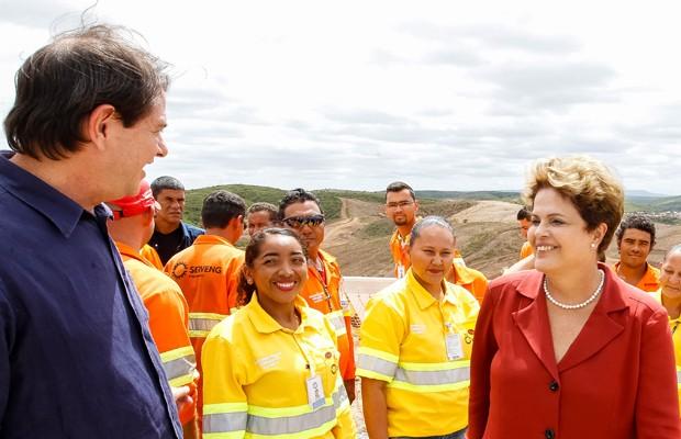 A presidente Dilma Rousseff e o governador do Ceará, Cid Gomes (PROS) durante visita a trecho da obra de transposição do Rio São Francisco, em Jati (CE) (Foto: Roberto Stuckert Filho / PR)