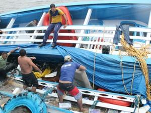 Proprietários tentavam resgatar mercadorias (Foto: Jamile Alves/G1 AM)