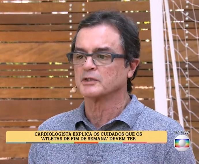 Dr. Cyro Rodrigues dá dicas para prevenção de problemas do coração no É de Casa (Foto: TV Globo)