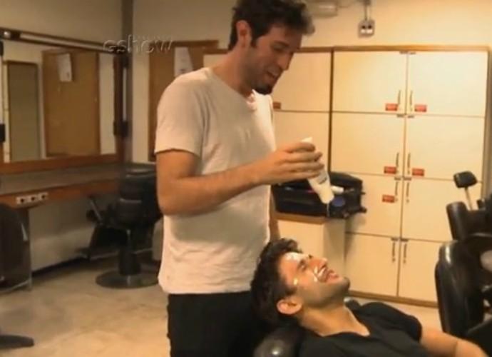 Barbixas ensinam como fazer uma maquiagem inusitada nos bastidores do Tomara que Caia (Foto: TV Globo)