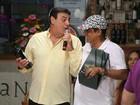 Zeca Pagodinho dá vinho de R$2,5 mil para apresentador de TV