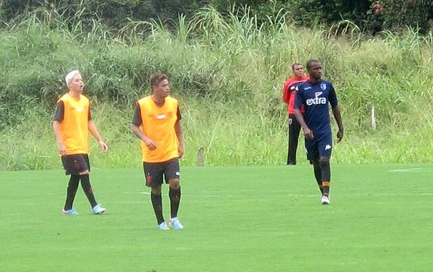 Carlos Eduardo e Adryan treino Flamengo (Foto: Fabio Leme)