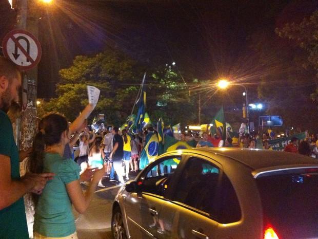 Cerca de 150 pessoas participam do ato em Porto Alegre, segundo a BM  (Foto: Giulia Perachi/RBS TV)