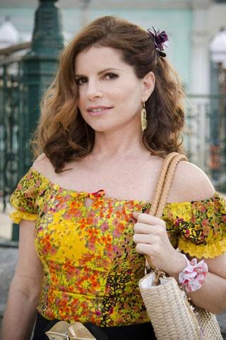 Visual de Débora Bloch em Saramandaia será composto por cores fortes, blusas decotadas e saias rodadas (Foto: TV Globo / Raphael Dias )
