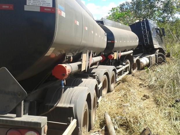 Caminhão carregado com combustível saiu da pista após colisão (Foto: Lucas Ferreira/TV Anhanguera)