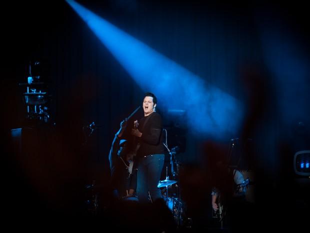 Jack White toca com os integrantes de sua banda no último show do palco principal neste sábado (Foto: Caio Kenji/G1)