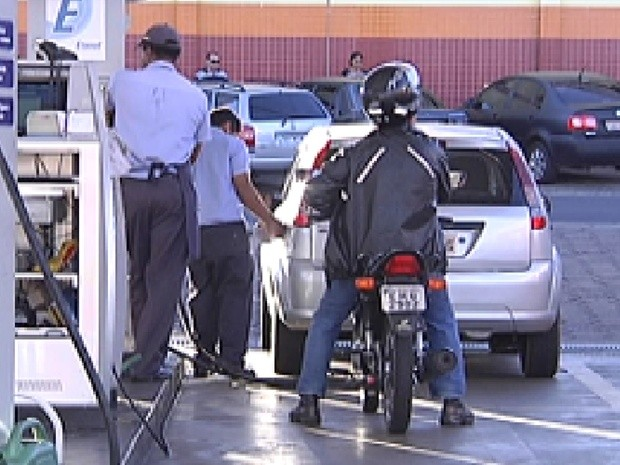 Motorista tem de pesquisar muito para encontrar preço baixo em Rio Preto (Foto: Reprodução / TV Tem)
