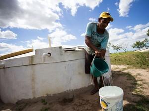 Morador de Olho d'Água das Flores, no sertão alagoano, pega água emprestado da cisterna da vizinha (Foto: Jonathan Lins/G1 AL)
