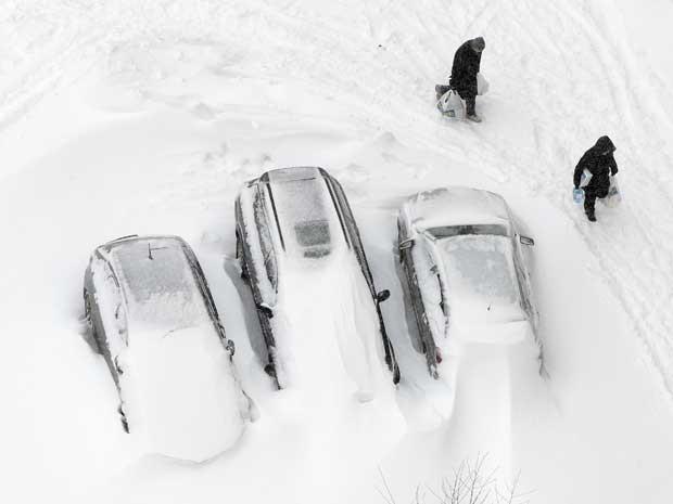 Fortes nevascas atingiram a região dos Balcãs, na Ucrânia, neste sábado (23).  (Foto: Efrem Lukatsky / AP Photo)