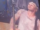 Adam Levine se apresenta com calça rasgada nas partes íntimas em SP