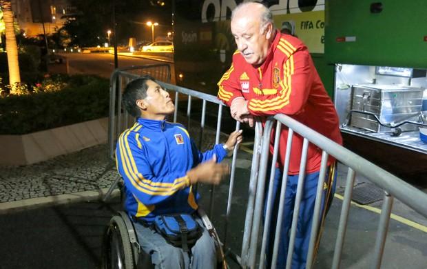 Vicente del Bosque atende fãs no hotel (Foto: Cintia Barlem)
