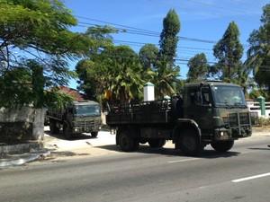 Exército disponibilizou 22 caminhões para abastecer o interior de Alagoas. (Foto: Michelle Farias/G1)