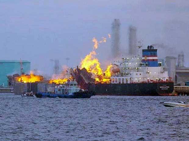 Uma pessoa morreu e ao menos quatro estão desaparecidas após um navio-tanque explodir e pegar fogo na Malásia. A embarcação foi atingida por um raio, informou a polícia local nesta quinta-feira (26). A embarcação da empresa malaia Misc transportava metanol e estava ancorada na ilha de Labuan quando o incêndio começou. Segundo o chefe da polícia Simon Karsan, o fogo foi controlado e uma equipe de buscas procura pelos tripulantes desaparecidos. (Foto: AP Photo)