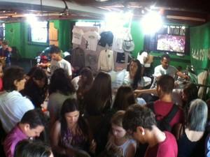 SÃO PAULO - Porão' da FMUSP, onde ocorrem atividades estudantis, teve venda de camisetas, moletons e jalecos com bordado personalizado para os calouros (Foto: Ana Carolina Moreno/G1)