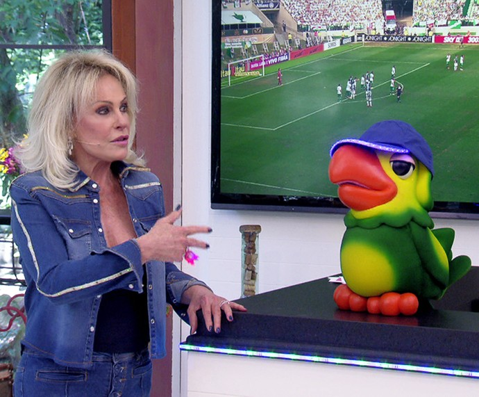 Ana Maria parabeniza o Palmeiras ao lado de Louro José (Foto: TV Globo)