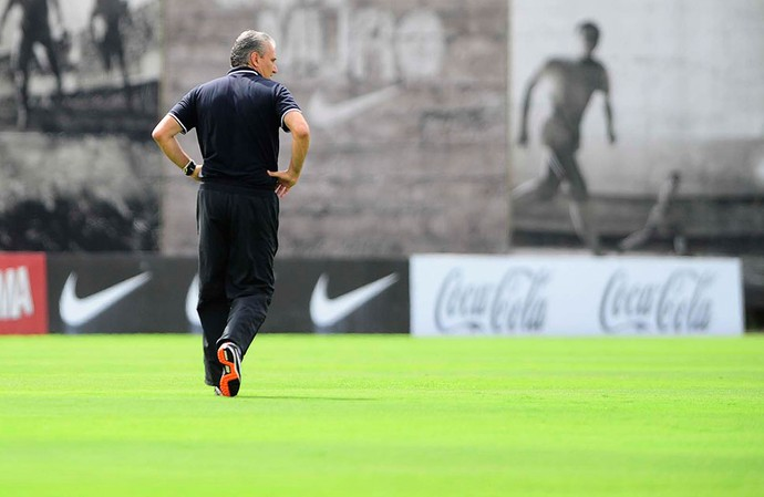 Tite no treino do Corinthians (Foto  Marcos Ribolli   Globoesporte.com) d0b19ec3ccd1b