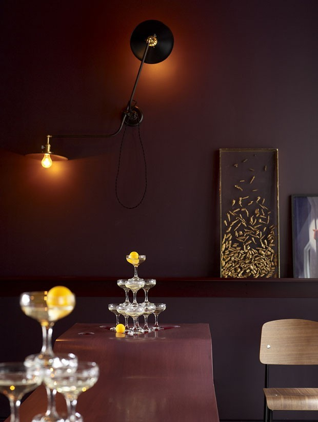 Décor do dia: bar bordô com tapete estampado (Foto: Framptom Co/ Divulgação)