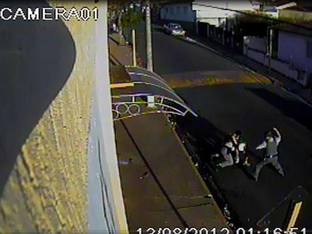 Vídeo mostra morte de lavrador por dois PMs em Santa Maria (Foto: Reprodução EPTV)