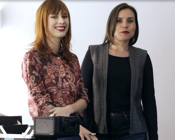 A editora de beleza Maria Clara Póvia e a makeup artist Juliana Rakoza (Foto: Arturo Querzoli)