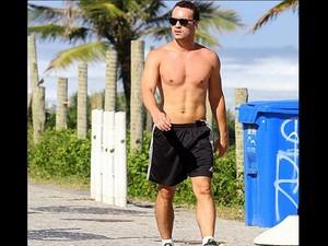 Rodrigo caminha pela orla carioca (Foto: Arquivo Pessoal)
