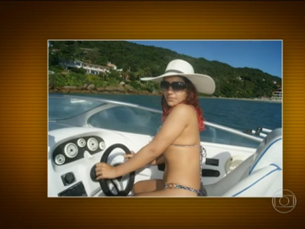 Suspeita de integrar a quadrilha postou foto exibindo lancha em rede social (Foto: Reprodução/TV Globo)