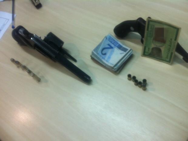 Supostas armas que seriam do policial e do dono da vila de quitinetes (Foto: Raphael Pimentel/TV Amazonas)