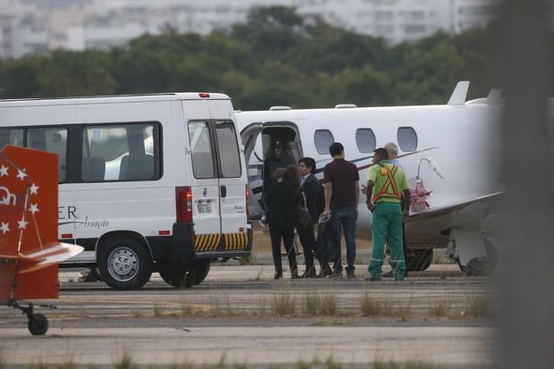 Sandy e família embarcam em jatinho  (Foto: AgNews)