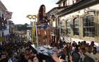 Foliãs dançam em cima de caixão em MG (Alex Araújo / G1)