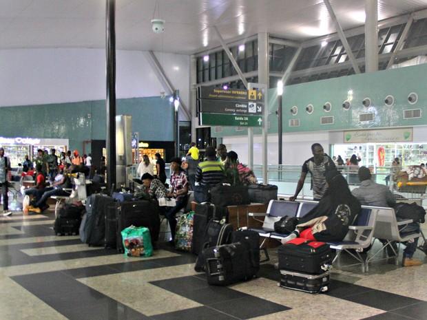 Grupo espera no aeroporto por não ter para onde ir (Foto: Suelen Gonçalves/ G1 AM)