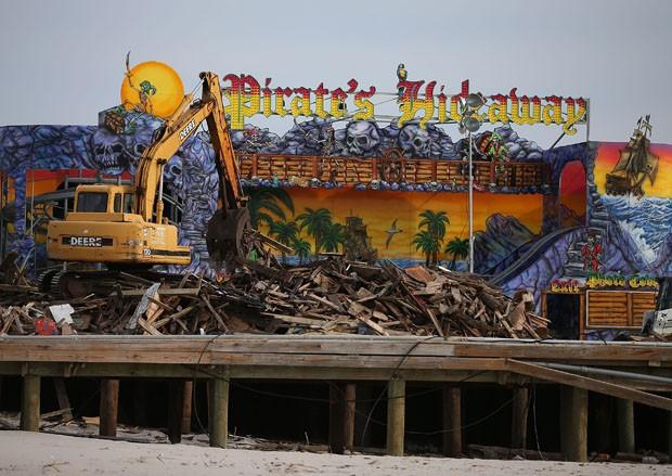 Máquinas trabalham na reconstrução da orla em Nova Jersey (Foto: Mark Wilson/Getty Images/AFP)