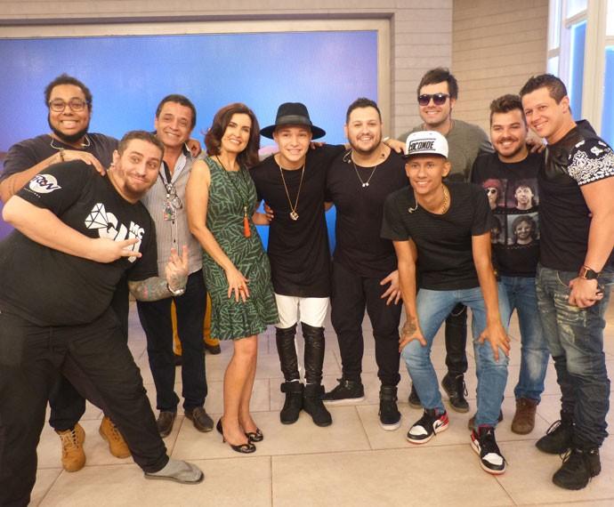Banda de MC Gui posa com Fátima no palco do Encontro (Foto: Viviane Figueiredo Neto/ Gshow)