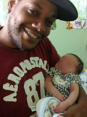 Bebê que nasceu dentro de solitária no colo do tio  (Foto: Divulgação/Arquivo Pessoal)