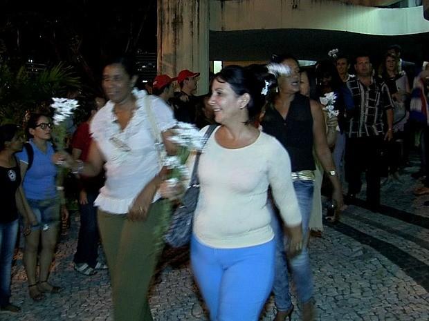 Após xingamento, médicos estrangeiros recebem flores em Fortaleza (Foto: TV Verdes Mares/Reprodução)