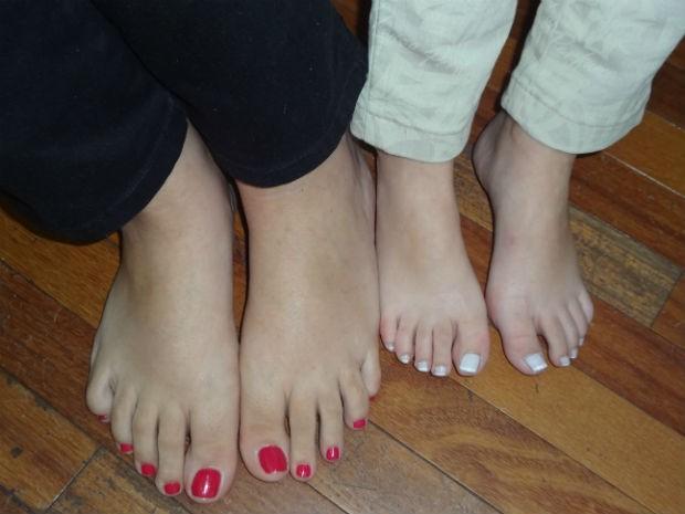d5b6cd243 Mulheres calçam respectivamente 41 e 31 (Foto  Adriana Justi   G1)