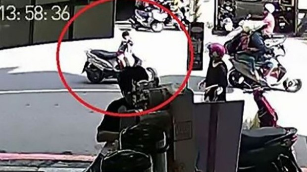 Vídeo mostra menino passando pela avenida com o veículo (Foto: Reprodução)