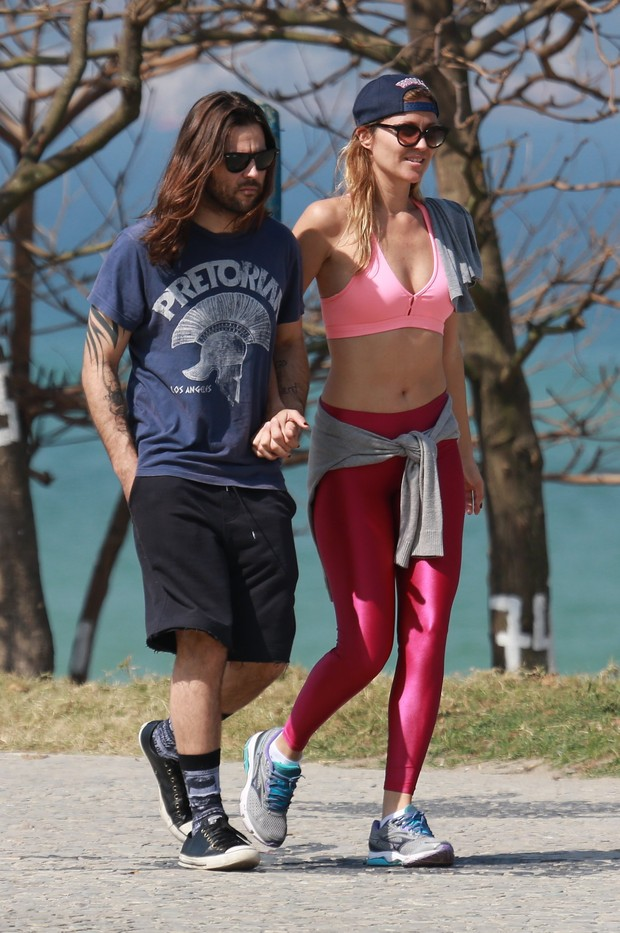 Ellen Jabour caminhando com seu namorado na orla da praia da Barra da Tijuca (Foto: Dilson Silva/AgNews)