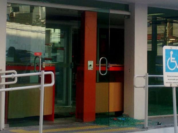 Em foto enviada ao WhatsApp da Globo Nordeste, é possível ver vidro quebrado na frente da agência (Foto: Reprodução / WhatsApp)
