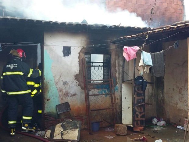 Incêndio destruiu dois cômodos do imóvel (Foto: Divulgação / Corpo de Bombeiros)